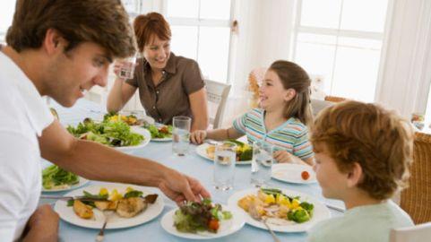niños-con-padres-en-la-mesa
